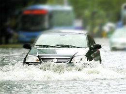 """万万没想到 大雨竟然能""""偷走""""车牌?"""