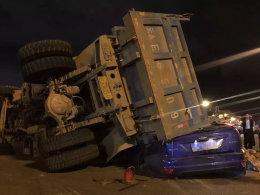 事故名侦探(1) 货车侧翻致出租车被压扁
