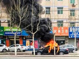 玩火机不慎点奥迪 儿童独在车内极危险