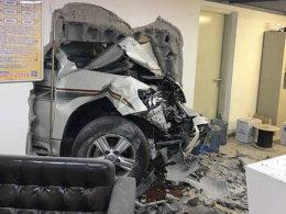 """事故名侦探(11)女司机竟然开车""""穿墙"""""""