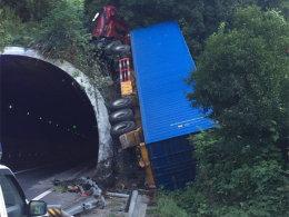 """疲劳驾驶要不得 货车高速""""飞""""上隧道"""