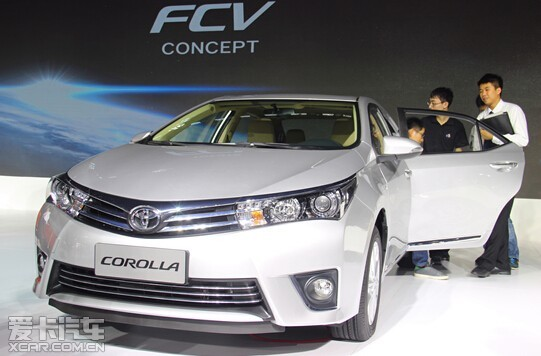 """精品车型 引爆现场满足多样需求 今年的广州车展上,吸引众多眼球的不止是首次亮相的全新CROWN皇冠,在本次广州车展上,一汽丰田的经典车型再次引爆车展现场。 在多达14台展车的阵容里,全新COROLLA卡罗拉也收获了众多关注,作为一汽丰田的经典车型,卡罗拉一直以来都拥有大批""""拥趸""""。全球最畅销车型卡罗拉以其经济节能、实用耐久为更多家庭带来更加幸福、有品质的汽车生活。凭借简约优雅的外观、宽敞舒适的空间,以及灵动敏捷、高能低耗、贴心安全,COROLLA车系始终领跑家庭车市场。截至10月"""